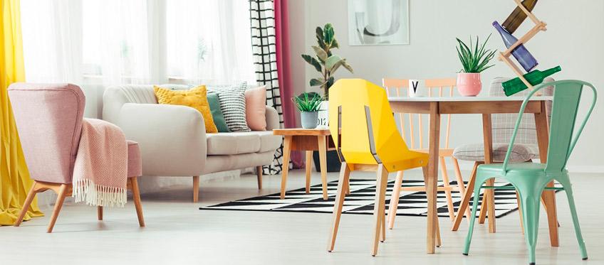 comedores-blancos-con-sillas-de-colores